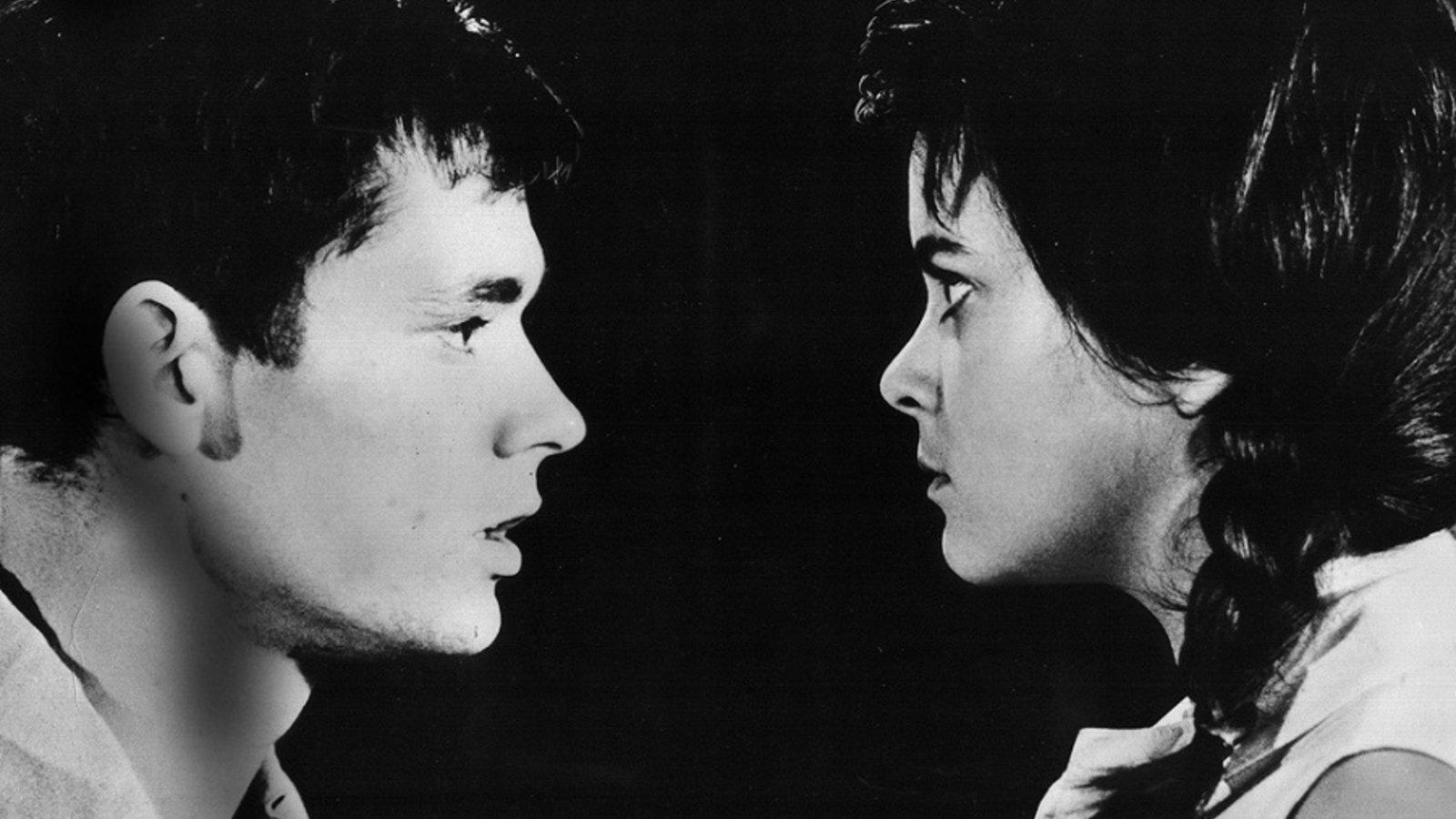 Ein Mann und eine Frau schauen sich an
