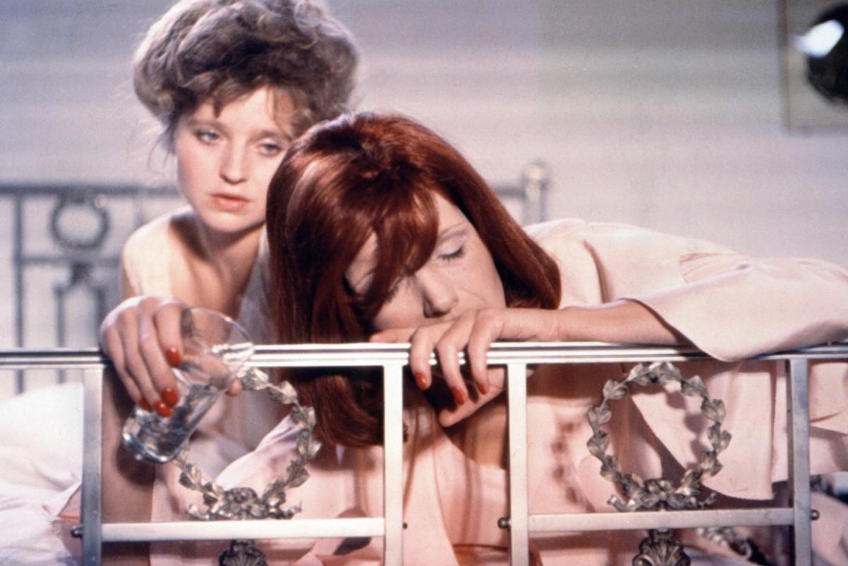 Zwei Frauen sitzen auf einem Bett