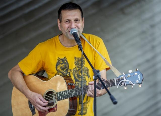 Singer/Songwriter Ralph Schönleber trat unter seinem Künstlernamen Oskar an unserer KULTURKIRCHE OST auf. Foto: Thilo Schmülgen