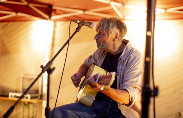 Andreas Damm von der Band Heartliners beim Doppelkonzert an unserer KULTURKIRCHE OST. Foto: Thilo Schmülgen