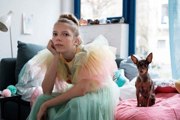 Eine Jugendliche in ihrem Zimmer, fotografiert von Feli&Pepita