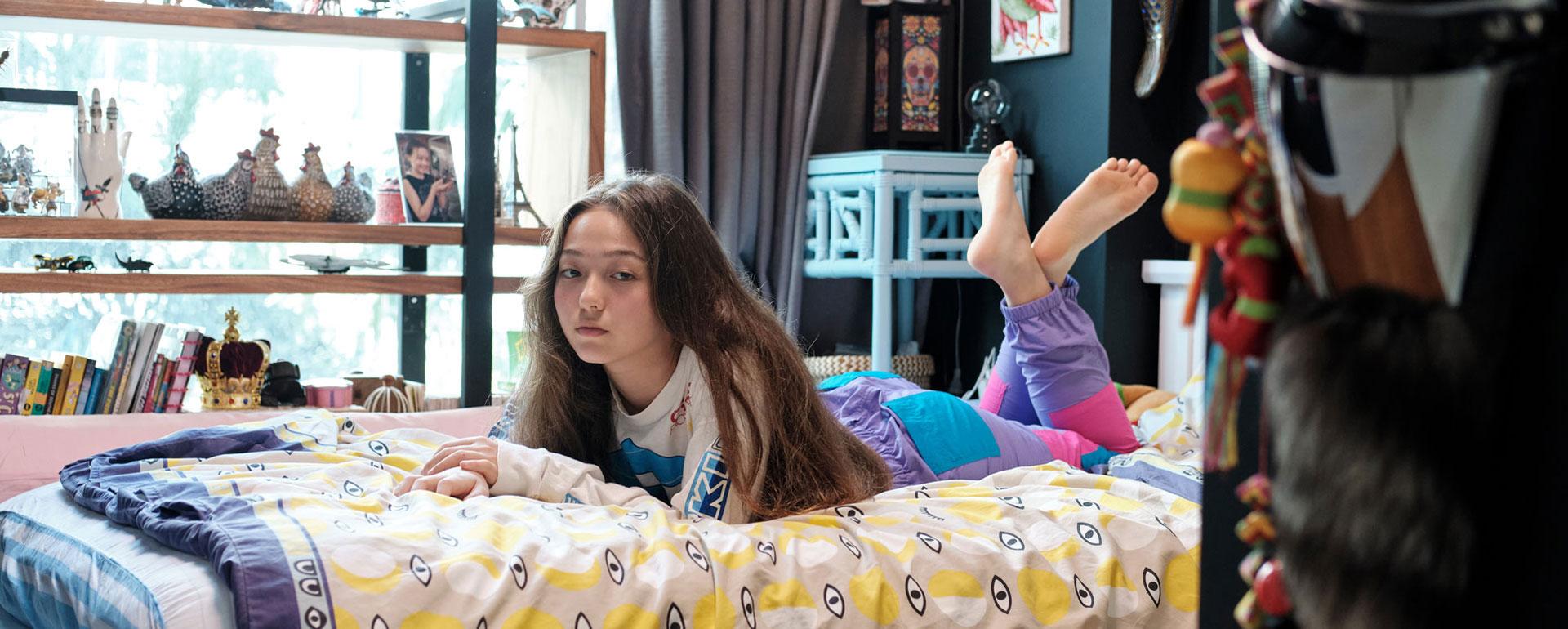 Victoria liegt entspannt auf ihrem Bett